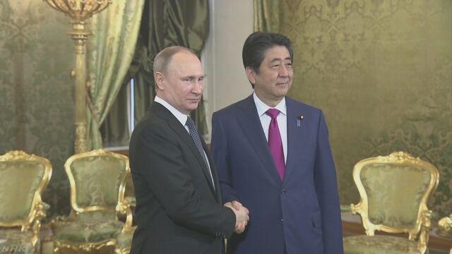 安倍総理大臣がロシアでプーチン大統領と会う