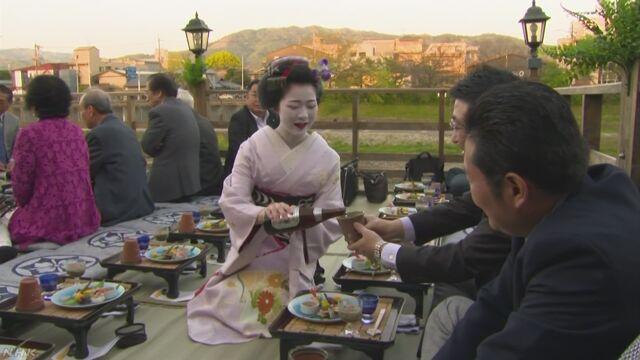 京都の鴨川で涼しく食事を楽しむ「納涼床」が始まる