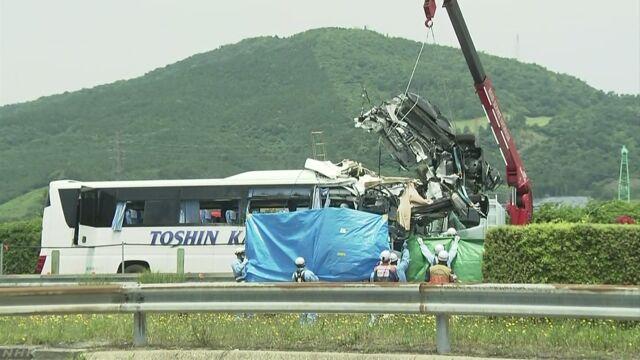 高速道路で車が飛んできてバスにぶつかる