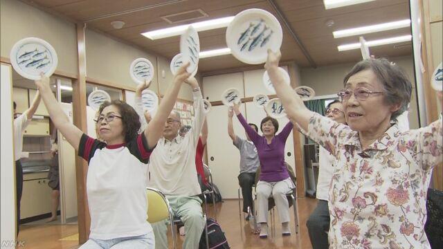 高齢者がカラオケで歌いながら体を動かし介護予防