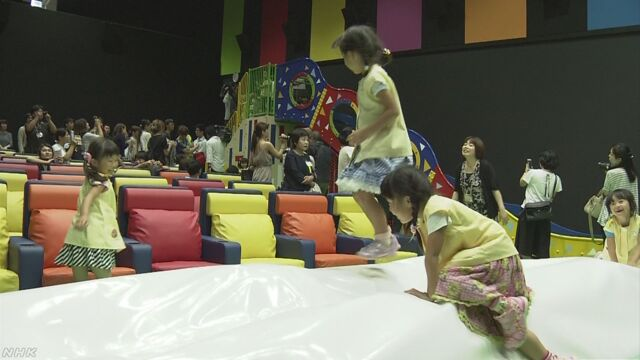 子どもが遊ぶ滑り台などがある映画館ができる