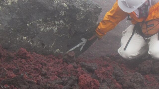 富士山に登る道で53個の落書きが見つかる