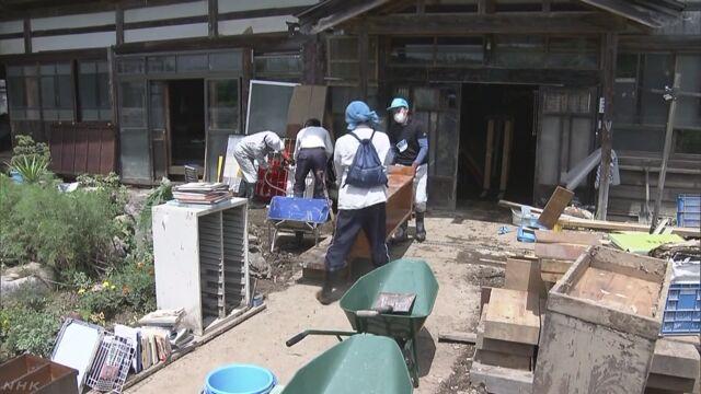雨の被害があった秋田県大仙市 ボランティアが手伝いに来る