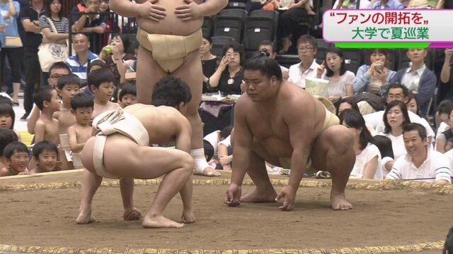 東京の大学で力士たちが相撲を見せる