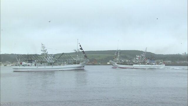 北海道の港から大きな船がさんまをとりに海に向かう