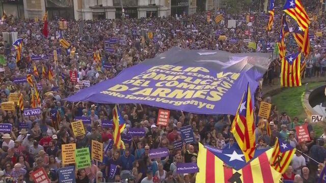 スペインのバルセロナで50万人がデモ「テロに負けない」