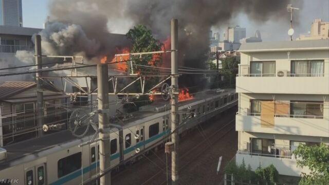 小田急電鉄 線路の近くの火事で電車の屋根が焼ける