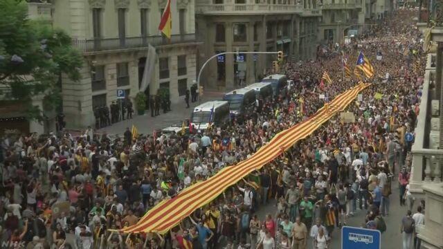 スペインのカタルーニャ州 政府に怒った人たちがデモ