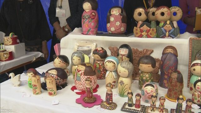 東京の日本橋でいろいろな人形を集めた「人形市」が始まる