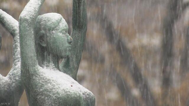 北海道に冷たい空気が入って雪が降る