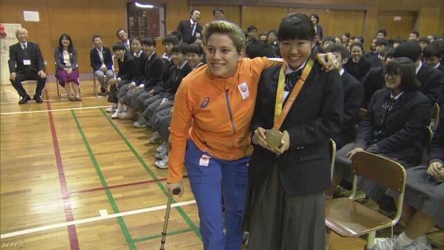 生徒たちがパラリンピックの金メダルの選手から話を聞く