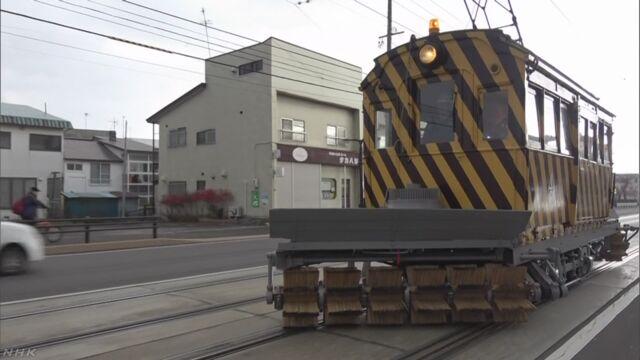 北海道函館市 線路の雪を掃く「ササラ電車」を点検する