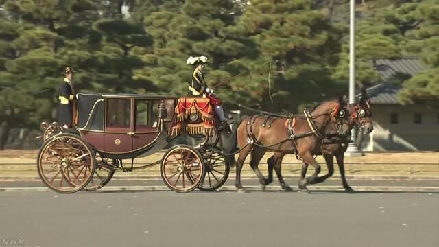外国の大使が馬車に乗って東京駅から皇居へ行く