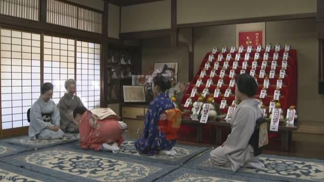 京都 舞妓たちが踊りの先生に正月のあいさつをする