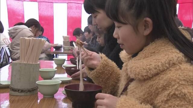 北九州市 健康を祈って大きい鏡餅でお汁粉を作る