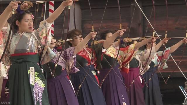 京都市のお寺で新しく成人になった女性たちが弓を引く