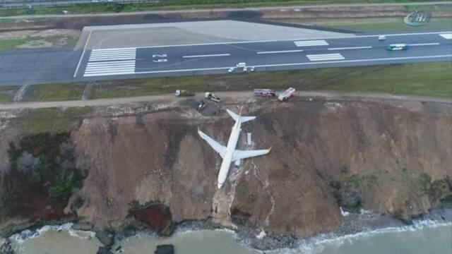 トルコの空港で飛行機が崖を滑って海に落ちそうになる