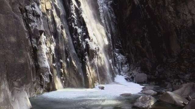 和歌山県 世界遺産の「那智の滝」の下の水が凍る