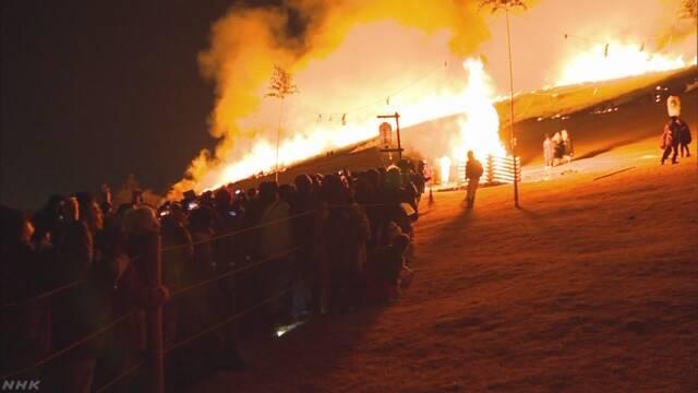 奈良の若草山で「山焼き」 赤い火で夜の空が明るくなる