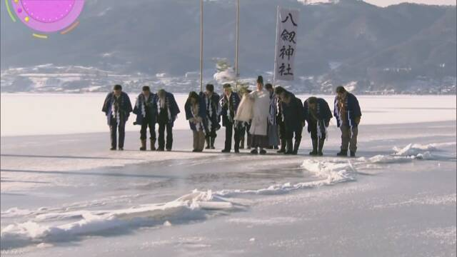 長野県の諏訪湖 凍った湖に「御神渡り」ができる