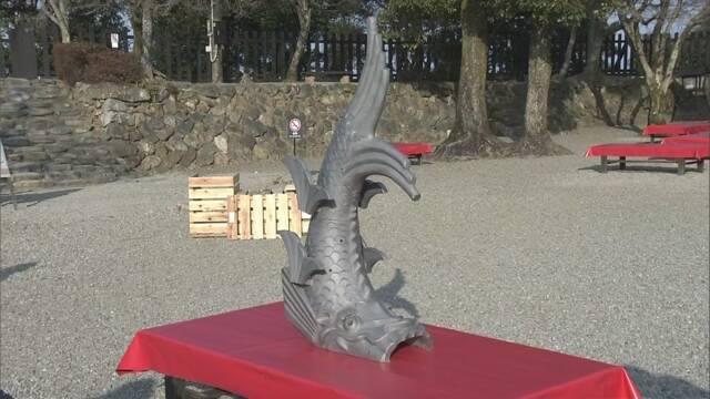 愛知県の犬山城に新しい「しゃちほこ」を飾る