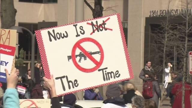 """""""銃規制強化を"""" 全米でデモ 乱射事件の高校の生徒ら呼びかけ"""