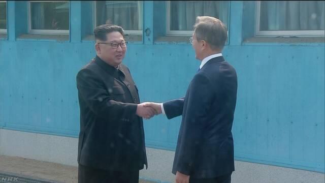 韓国と北朝鮮のトップが笑顔で握手をする