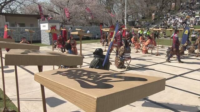 山形県で武士の格好の人が駒になる「人間将棋」のイベント