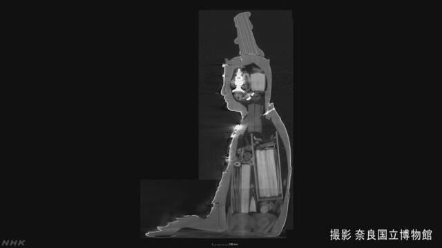 奈良市のお寺の仏像にたくさんの巻物などが入っていた