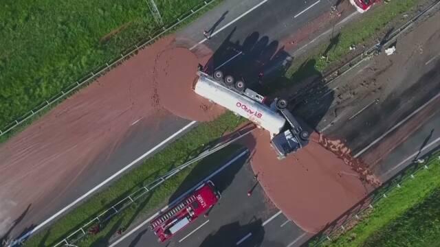 事故で12tのチョコレートが高速道路に流れる