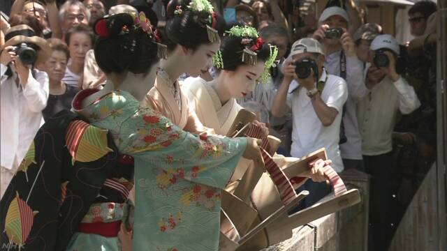 舞妓さんがアユの稚魚放流 生き物に感謝 京都