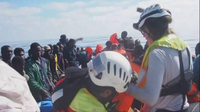 地中海で移民が乗った船が沈んで50人以上が亡くなる