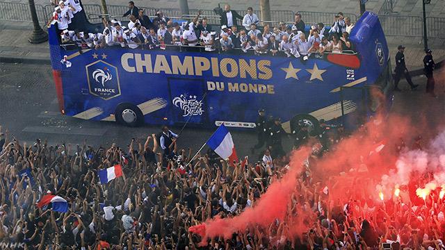 ワールドカップで優勝したフランスの選手がパレード