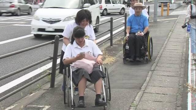 車いすの人が利用しやすい場所かどうか高校生が調べる