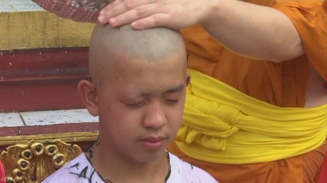 タイ 洞窟から助けてもらった男の子が出家して寺に入る