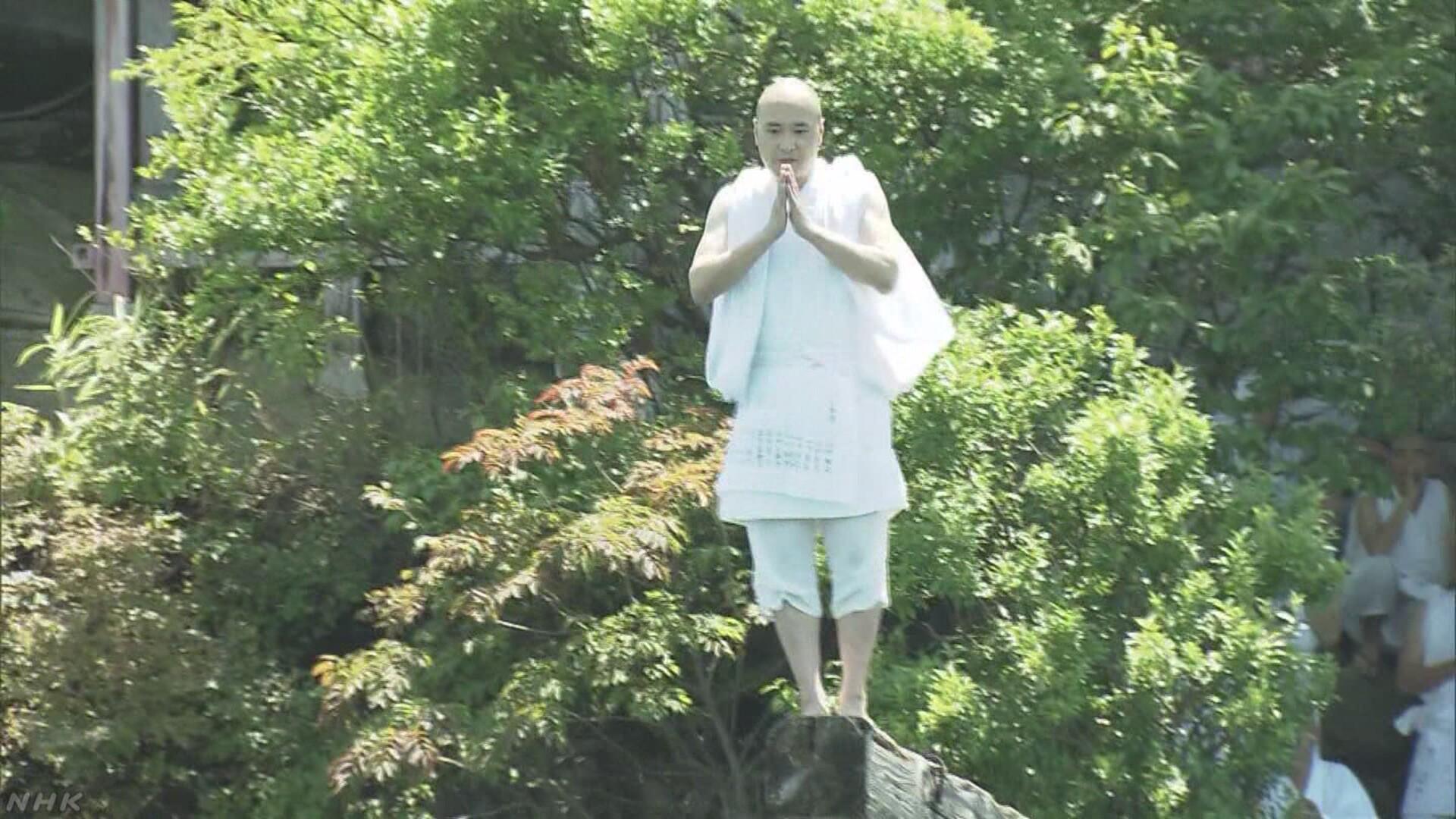 """修行僧がびわ湖に飛び込む 伝統の""""伊崎のさお飛び""""行われる"""