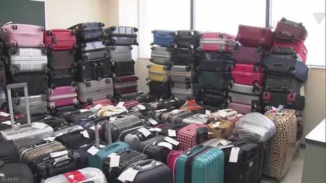 空港に外国人が置いていったスーツケースが増えている