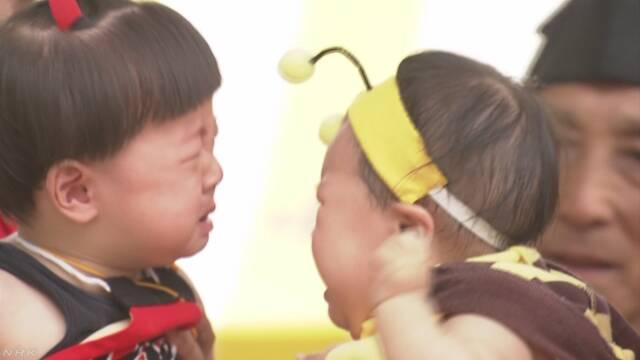 赤ちゃんが元気に大きくなるように神社で「泣き相撲」