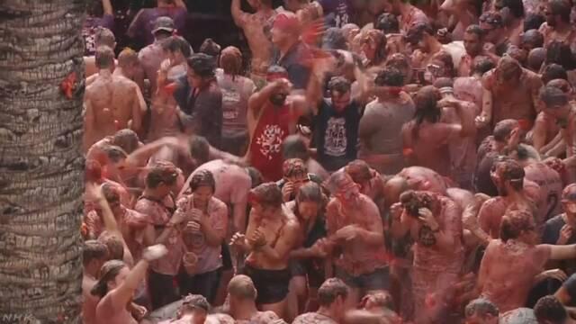 スペイン トマトを投げるお祭りに2万人以上が集まる