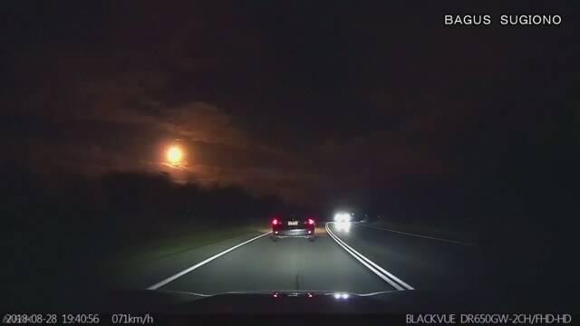 オーストラリアで大きな火の玉が落ちるのを大勢の人が見る