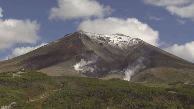 北海道でいちばん高い山の旭岳が雪で白くなる