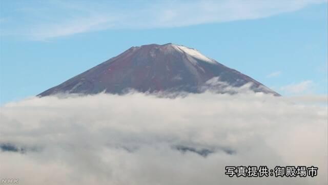 富士山の上のほうが雪で白くなる