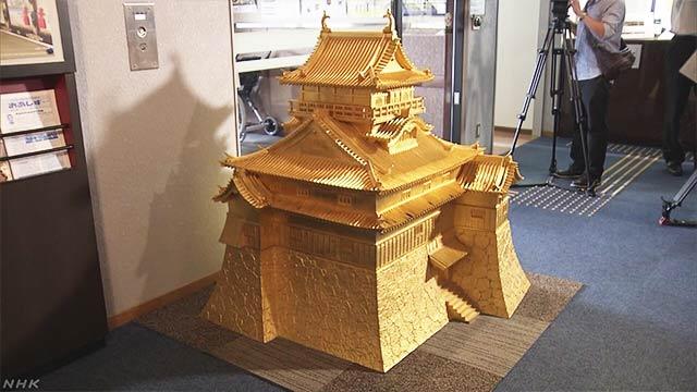 30年以上前に作った金色の犬山城の模型をみんなに見せる