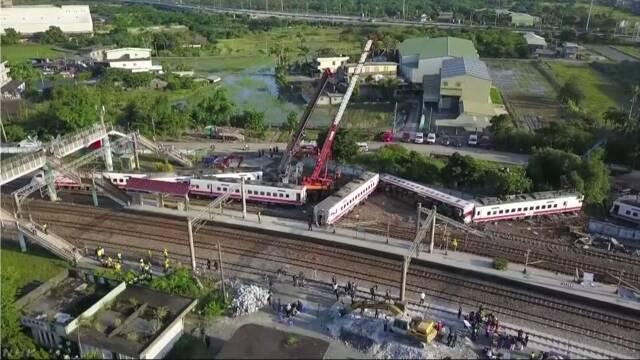 台湾で特急電車が脱線して18人が亡くなる