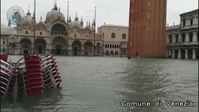 イタリアのベネチア 嵐で町の75%に水が入る