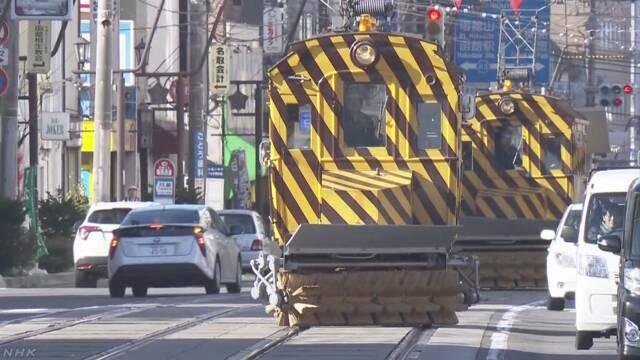 北海道 函館市で雪を掃く「ササラ電車」の準備が始まる