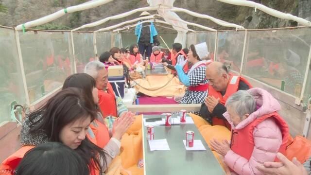 長野県 暖かい「こたつ舟」に乗って川の景色を楽しむ