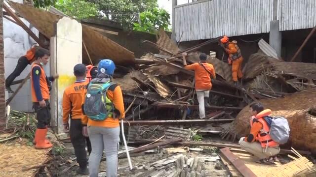 インドネシア 津波で373人が亡くなる