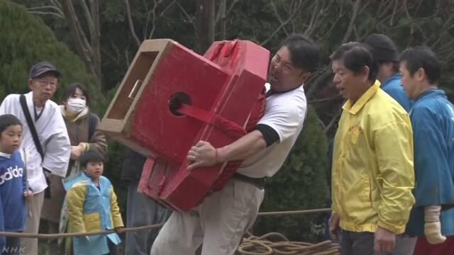 徳島県 お正月に飾る大きな餅を持って歩く競争