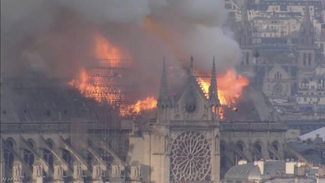 パリのノートルダム大聖堂で火事 高い塔が燃える